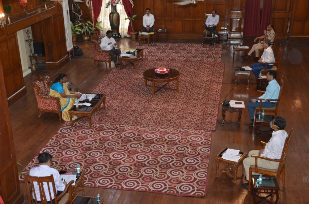 <p>Jharkhand Governor Draupadi Murmu held a meeting with top functionaries including  CM Hemant Soren and Chief Secretary Sukhdeo Singh inside Rajbhawan, Ranchi on Monday. They…