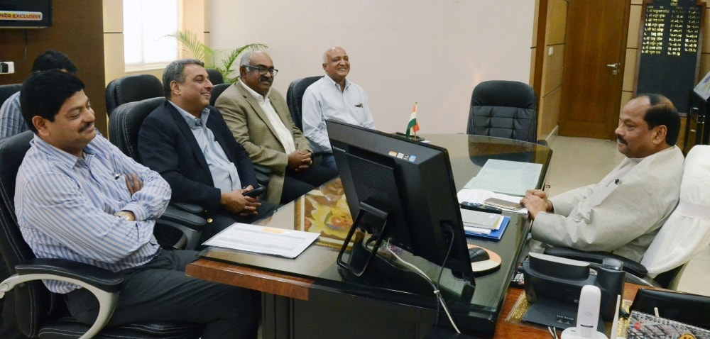 <p>Tata Steel Managing Director T.Narendran met Chief Minister Raghubar Das inside his office in Ranchi.</p>
