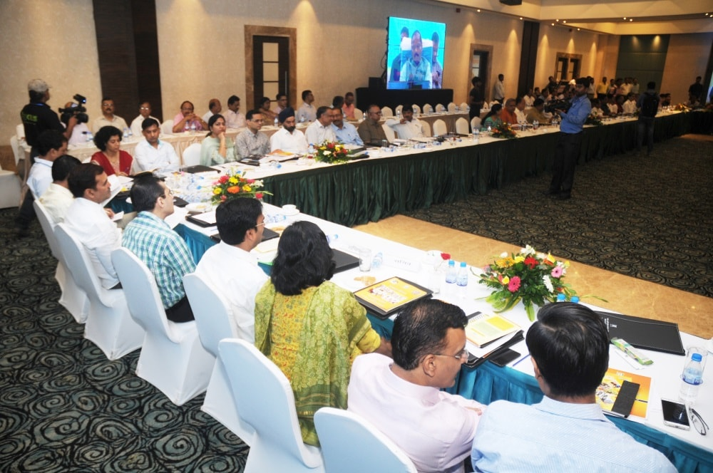 <p>20-Point Programme meeting was held inside the star hotel Radisson Blu in Ranchi today when Jharkhand Chief Minister and its Chairman Raghubar Das (R) presided over it.It was attended…