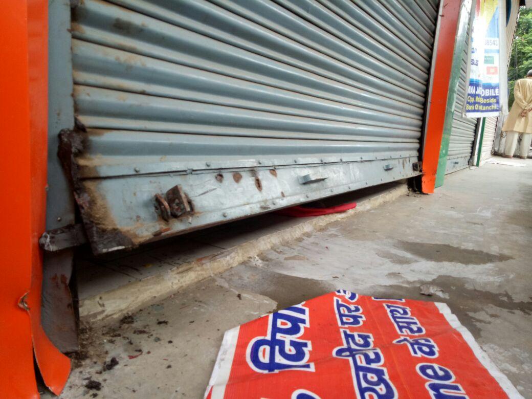 <p>बरियातू थाना क्षेत्र के मालाबार एनक्लेव के सामने स्थित मां जगदंबा मोबाइल दुकान में भीषण चोरी | चोरों ने शटर का ताला काटकर दुकान में रखे लाखों रुपए के मोबाइल उड़ा लिया |</p>