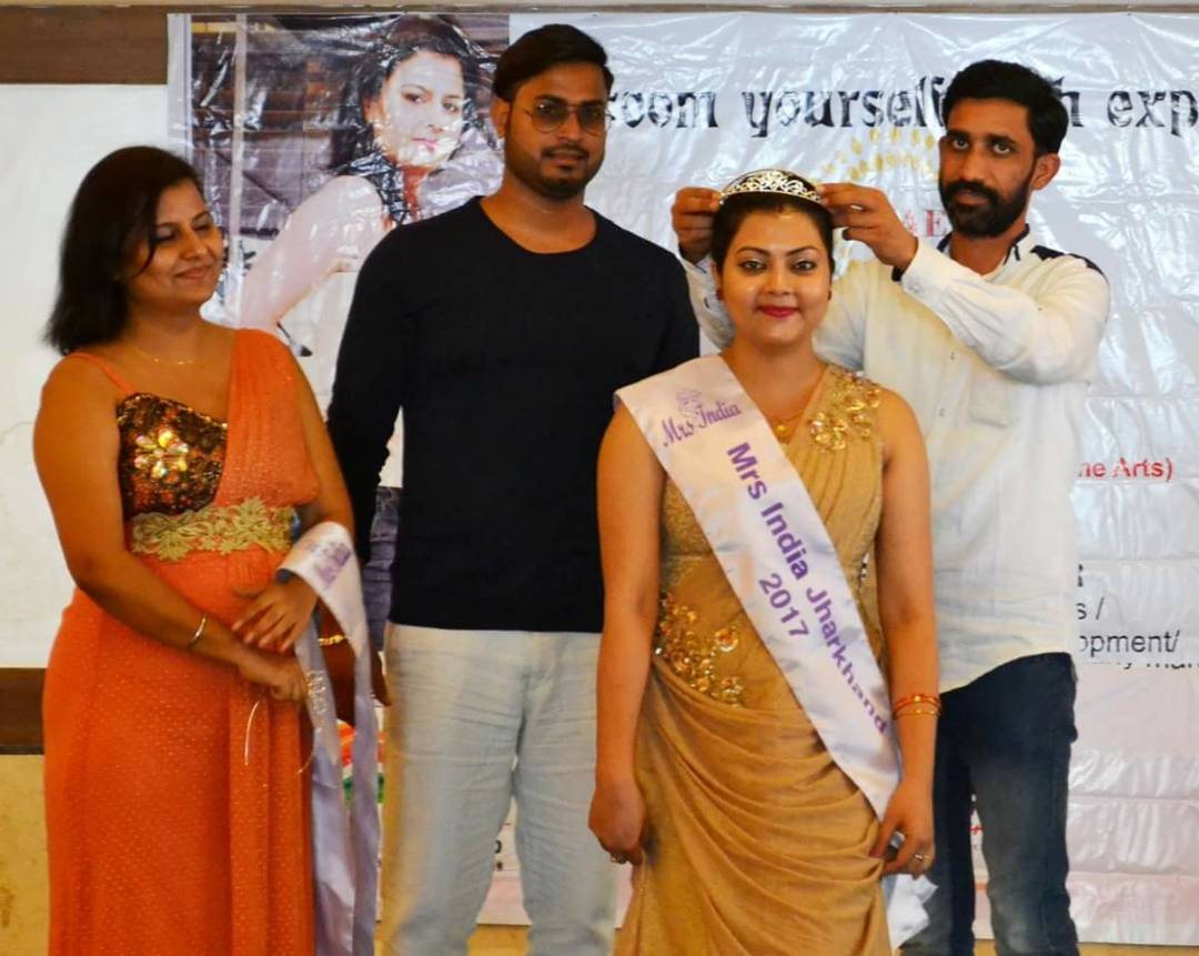 <p>Komal Gupta from Bhagalpur felicitated by officials after selected for Mrs India during an audition at Solan in Himachal Pradesh. In this audition, 30 women have been selected for…