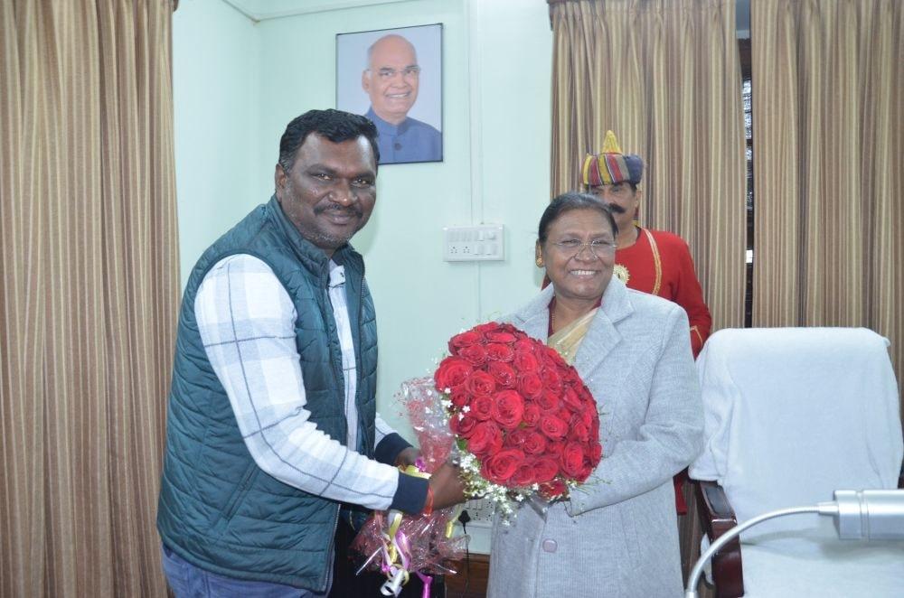 <p>माननीया राज्यपाल द्रौपदी मुर्मू से राज्य के पूर्व मंत्री एवं विधायक अमर कुमार बाउरी ने राज भवन आकर नूतन वर्ष की बधाई दी on dated 08/01/2020</p>