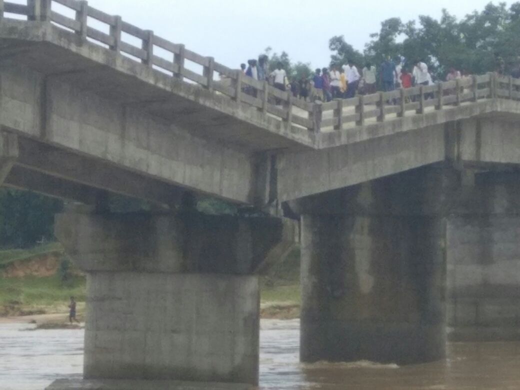 <p>With the bridge built over Kanchi river caving  in,traffic between Sonahatu and Tamar was paralysed.Bridge was built just two years ago.</p>