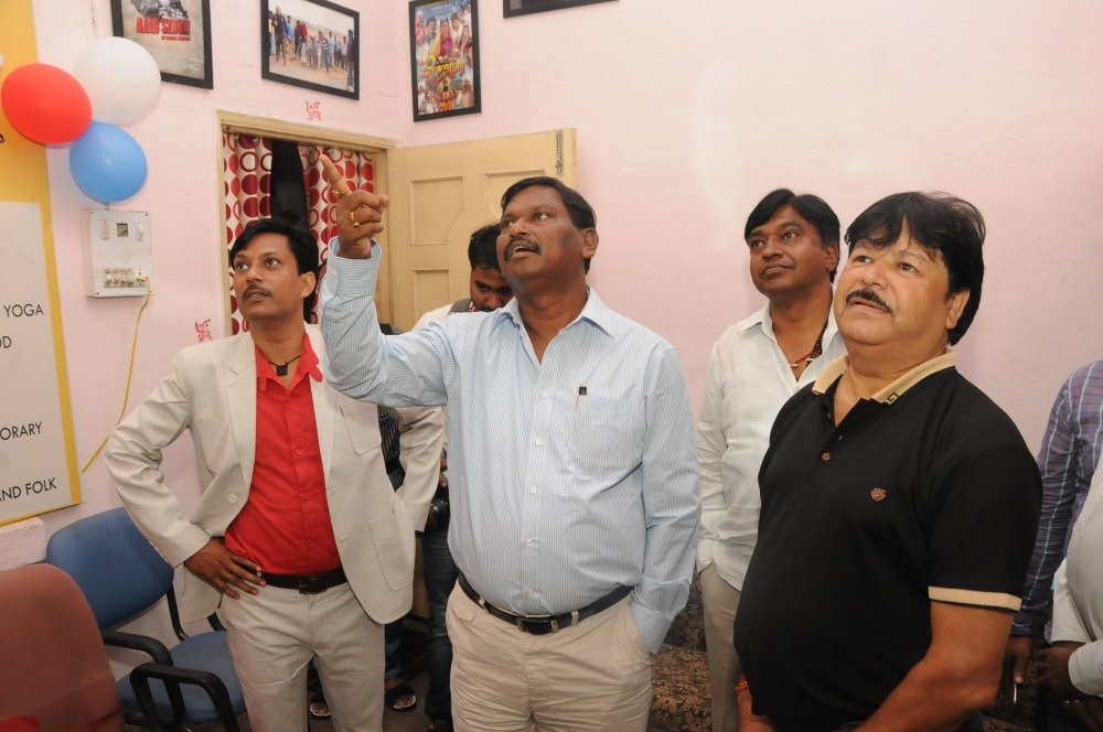 <p>Former Jharkhand Chief Minister Arjun Munda  inspecting a film production house during inaugural ceremony of the Global Film Academy institute in Ranchi on Tuesday.</p>