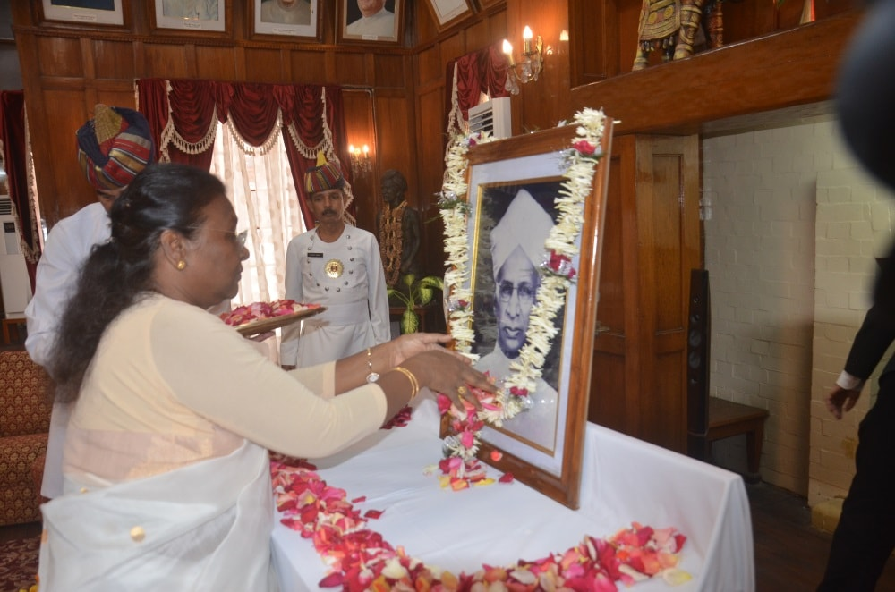 <p>Governor Draupadi Murmu offers prayer to the statue of Dr D.Radhakrishnan on the occasion of Teacher's Day at Darbar Hall inside Raj Bhawan in Ranchi.</p>
