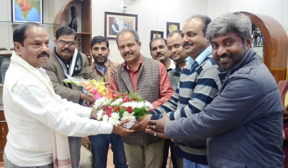 <p>Rajesh Kumar Singh, the newly elected president of The Press Club, Ranchi today met CM Raghubar Das at his residence.</p>