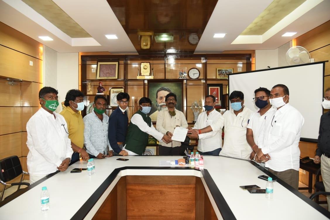 <p>सरना धर्म कोड बिल पारित कर केंद्र सरकार को प्रस्ताव भेजने के लिए मुख्यमंत्री श्री हेमन्त सोरेन को ज्ञापन सौंपते हुए झारखंड मुक्ति मोर्चा के प्रतिनिधिगण*।</p>