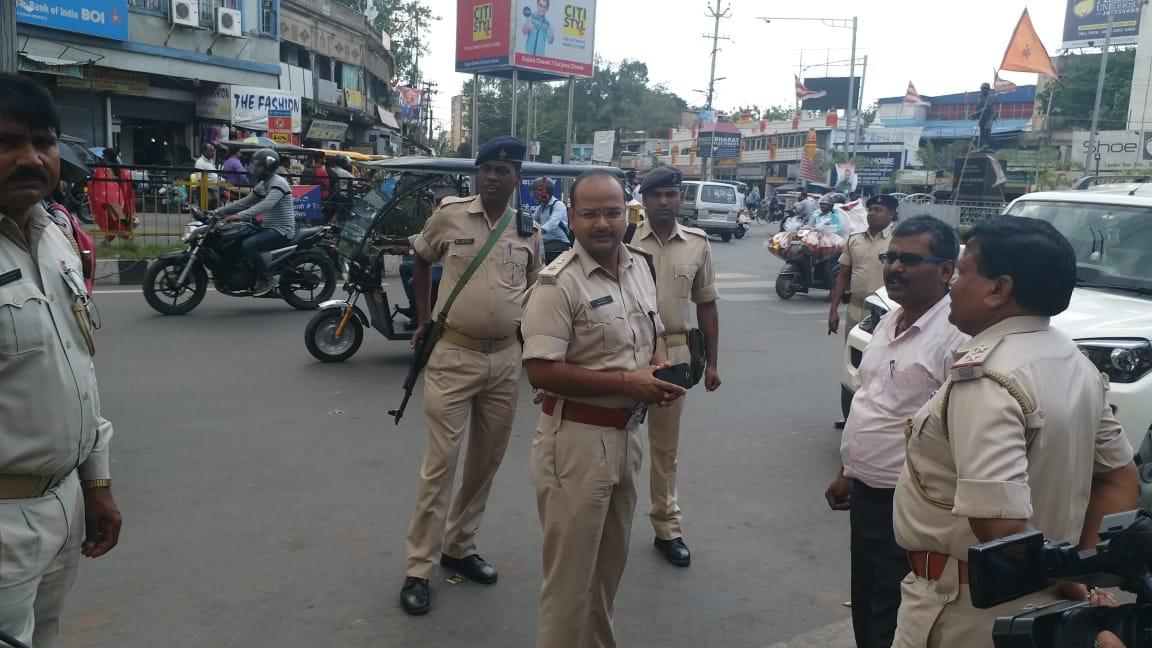 <p>झारखंड बंद को ध्यान में रखते हुए सिटी एसपी अमन कुमार ने शहर का निरीक्षण किया इस दौरान सुरक्षा में तैनात जवानों को कई दिशा निर्देश दिए गए साथ ही कहा है कि राजधानी में बंद बेअसर दिखाई…