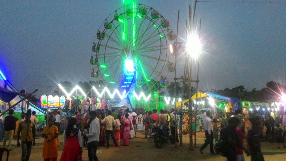 <p>People enjoying the ride of a Giant fairy wheel during a fair in khunti which attracted a lot of people celebrating Eid.</p>