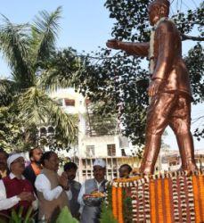 <p>मुख्यमंत्री रघुवर दास ने आज दिनांक 23/01/2019 को नेताजी सुभाष चन्द्र बोस की जयन्ती के अवसर पर कचहरी चौक, रांची स्थित उनकी प्रतिमा पर माल्यार्पण कर श्रद्धा सुमन अर्पित की.|</p>