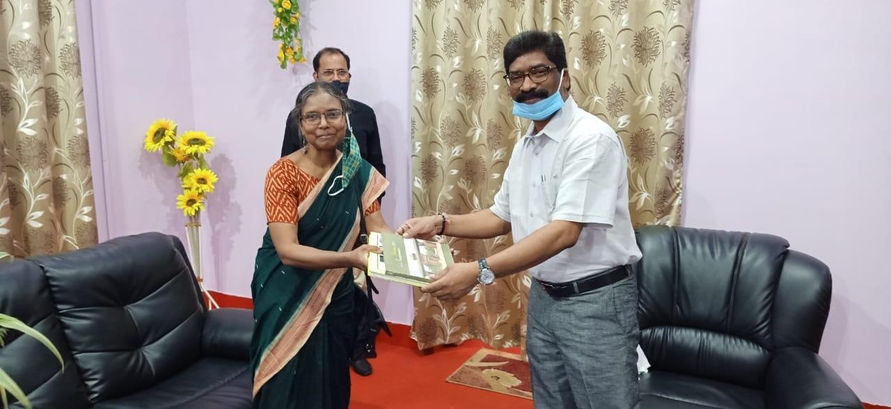 <p>Inside the Raj Bhawan premise in Dumka on Saturday, Vice-Chancellor of Dumka based Sidho Kanho Birsa University Prof.Sona Jharia Minz honoured the CM Hemant Soren by giving him…