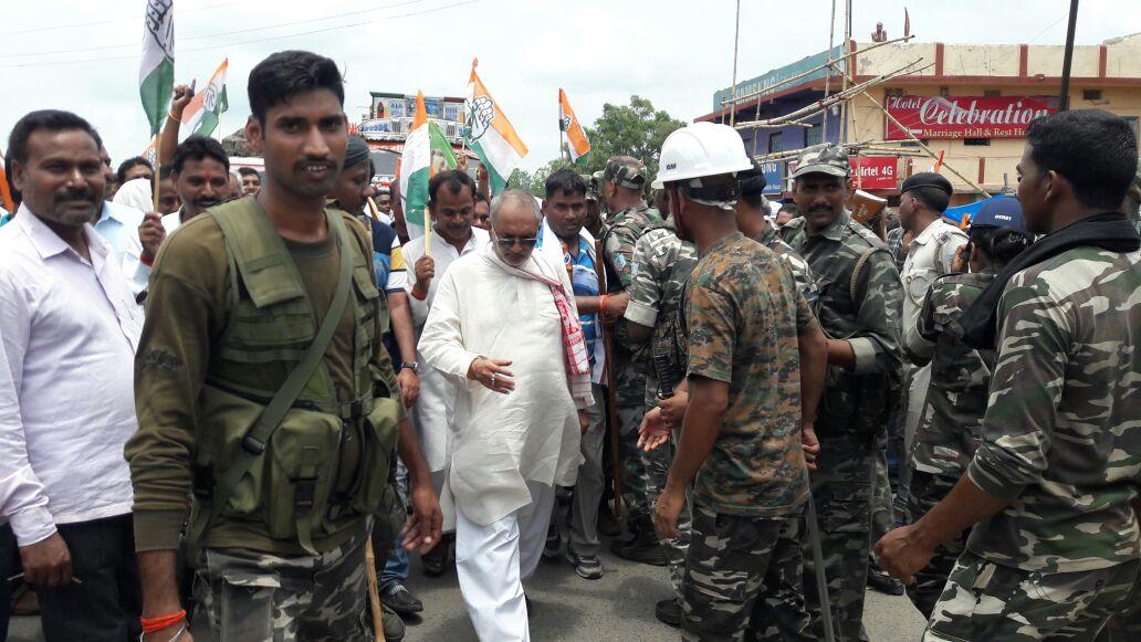 <p>हजारीबाग के विश्नुगढ़ में सड़क जाम करते विरोधी पार्टी के नेता व कार्यकर्ता |</p>