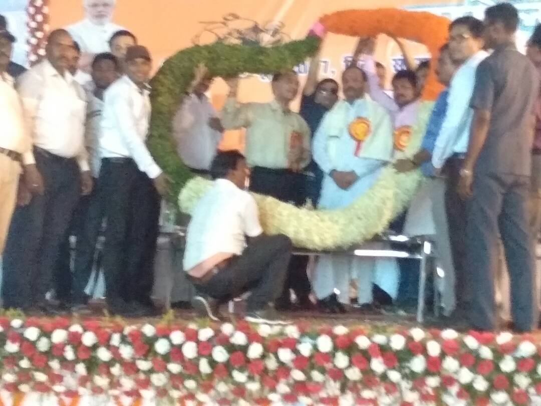 <p>'Sab Ka Saath,Sab Ka Vikas'.With this slogan raised by Prime Minister Narendra Modi,Jharkhand Govt held a meeting in Chatra. Scores turned up and CM Raghubar Das was greeted…