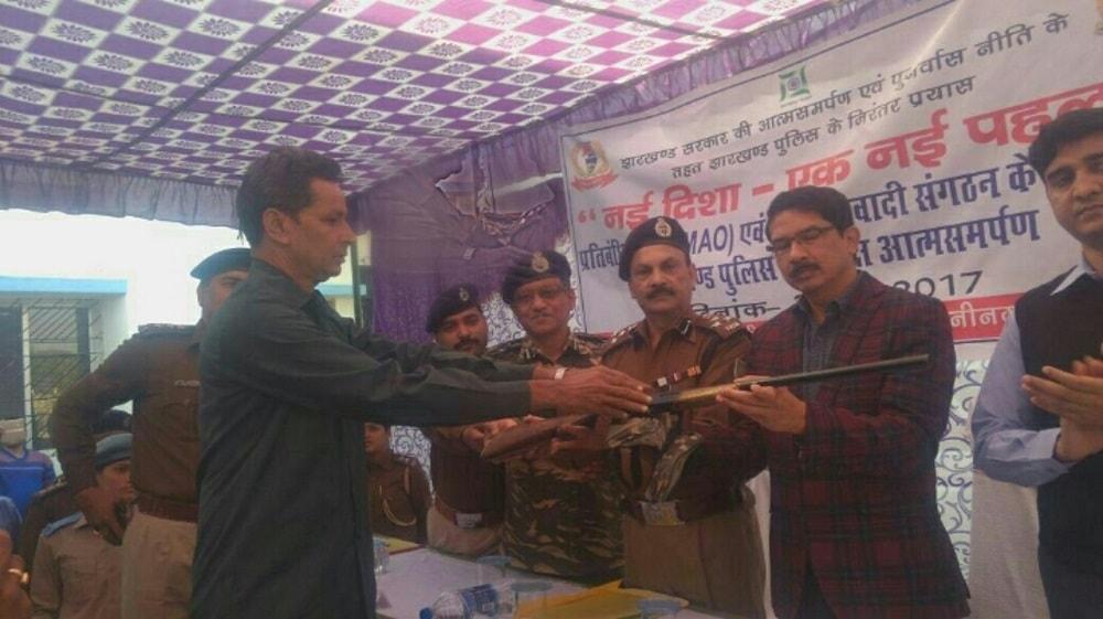 <p>Under the state government's scheme 'Nai Deesha-Ek Nai Pahal', wanted naxalite Govind Ji and TPC naxalite Roshan Ji surrendered before DIG and SP of Palamau.</p>