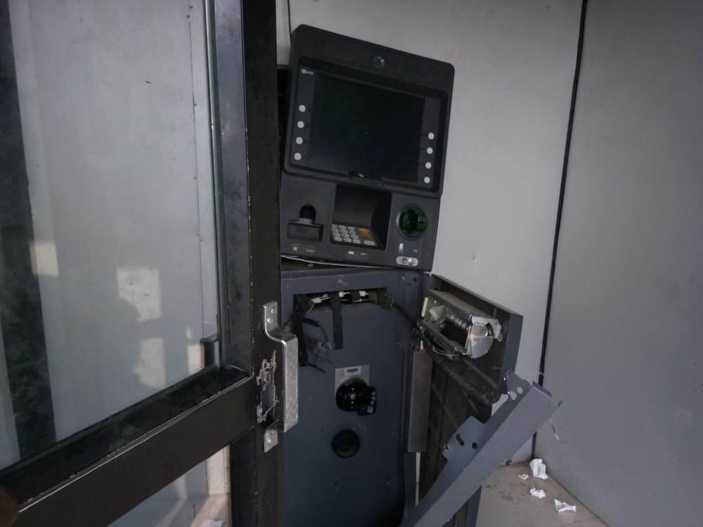 <p>Last night a group of thieves broke into the ATM Machine of SBI, Dhanbad Tundi branch .The assessment of the amount stolen has not been estimated yet.</p>
