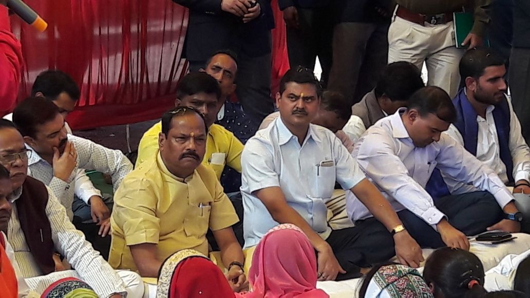 <p>CM Raghubar Das visited Aara village in Ormanjhi block of Ranchi district,Jharkhand and met villagers. Aara was developed as a model village in Jharkhand.</p>