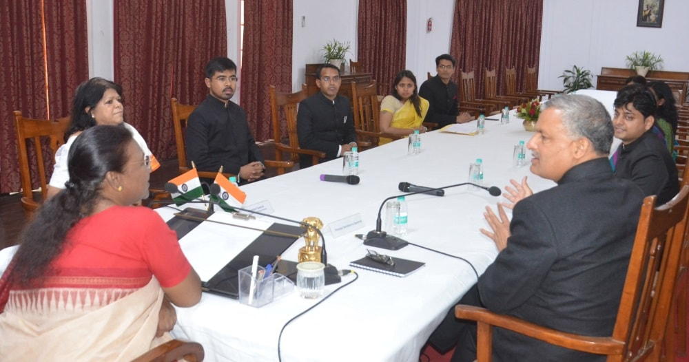 <p>The probationers of the Indian Administrative Service(IAS) of 2015 batch met Jharkhand Governor Draupadi Murmu at Raj Bhavan in Ranchi.</p>