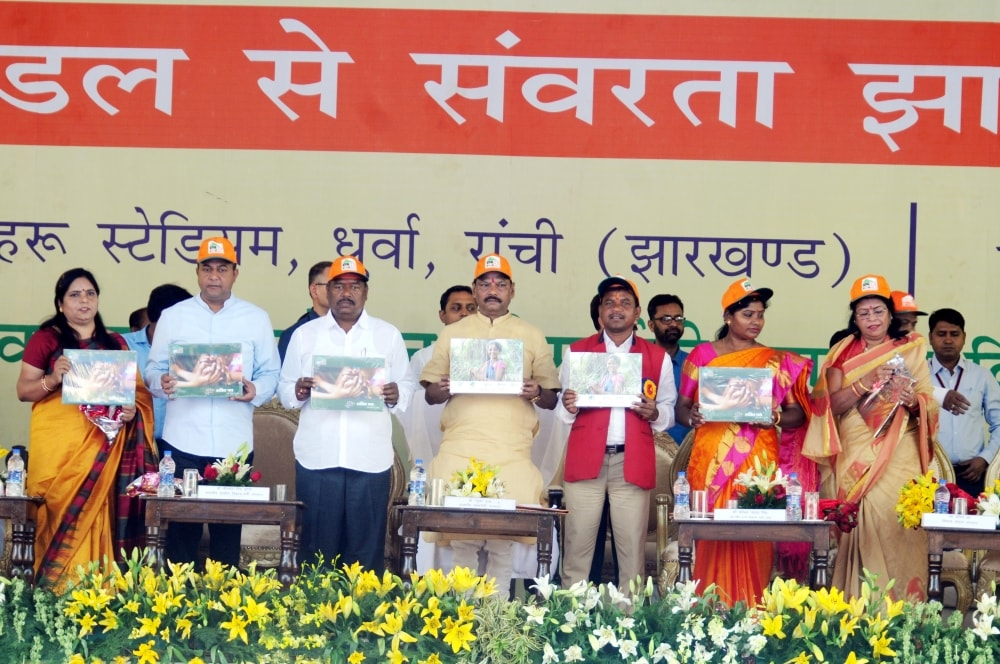 <p>Jharkhand Chief Minister Raghubar Das along with Rural Development Minister Nilkanth Singh Munda, MLA Naveen Jaiswal, Ranchi Mayor Asha Lakra and others releases books during a…