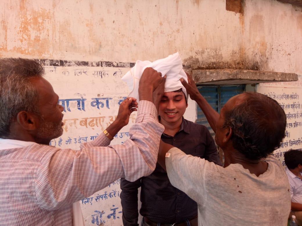 <p>डीसी khunti अलग मूड में |तोरपा के चन्द्रपुर गांव की आदिवासी महिलाएं डीसी का हाथ पकडकर नाचने के लिए अपने साथ अखाडा में ले गयी तो वे इनकार नही कर पाये।कदम से कदम मिलाकर…