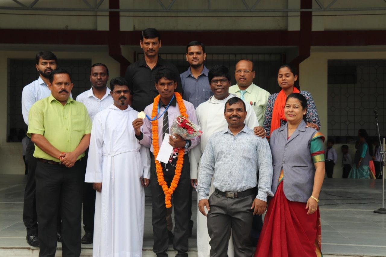 <p>आज बिशपहॉट मन एकडमी आरा गेट नामकुम में रामचंद्र सांगा को स्कूल में सम्मानित किया गया | इस सम्मान समारोह में स्कूल के बच्चों ने तालियां बजाई और स्कूल के प्राचार्य फादर टी किंडो…