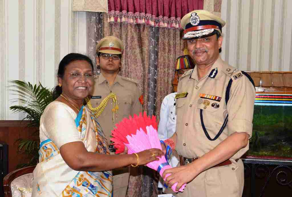 <p>The new Director General of Police, Kamal Nayan Chaube met Governor Draupadi Murmu at Raj Bhawan, Ranchi on dated 09/06/2019</p>