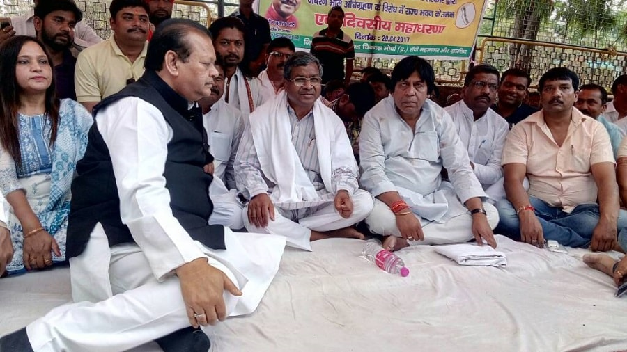 <p>JVM Chief Babulal Marandi, former Union Minister Subodh Kant Sahay and others staging a dharna near Raj Bhawan in Ranchi.</p>