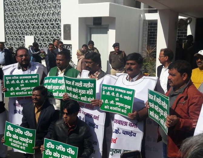 <p>Jharkhand Opposition leaders including JMM acting President Hemant Soren began protesting against the state government demanding sacking of the Chief Secretary Rajbala Verma,DGP…