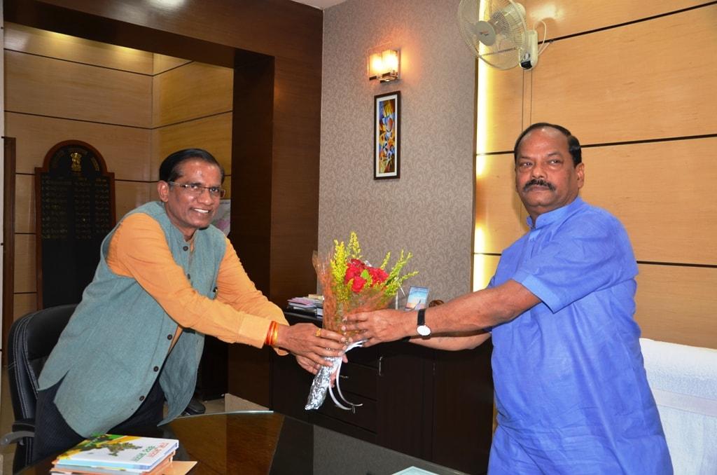 <p>मुख्यमंत्री रघुवर दास से आज इंदिरा गांधी नेशनल ट्राइबल यूनिवर्सिटी के वाइस चांसलर प्रोफेसर टी वी कट्टीमनी ने मुलाकात की |</p>