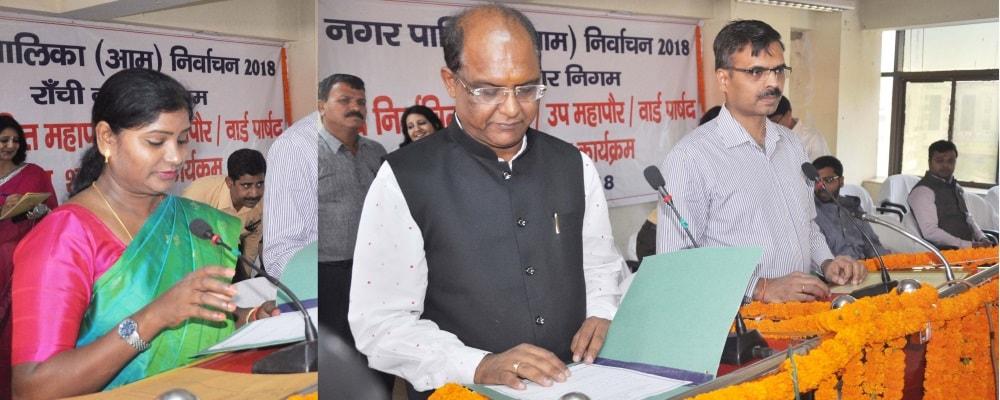 <p>Commissioner, South Chotanagpur --Satyendra Kumar Singh, administered oath to the newly elected Mayor Asha Lakra, Deputy Mayor Sanjiv Vijayawargia and all 53 ward councillors of…