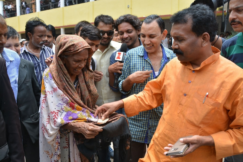 <p>Former Jharkhand Chief Minister Madhu Koda offering alms to a beggar after appearing at a special CBI court in connection with Multi-Crore corruption cases against him in…