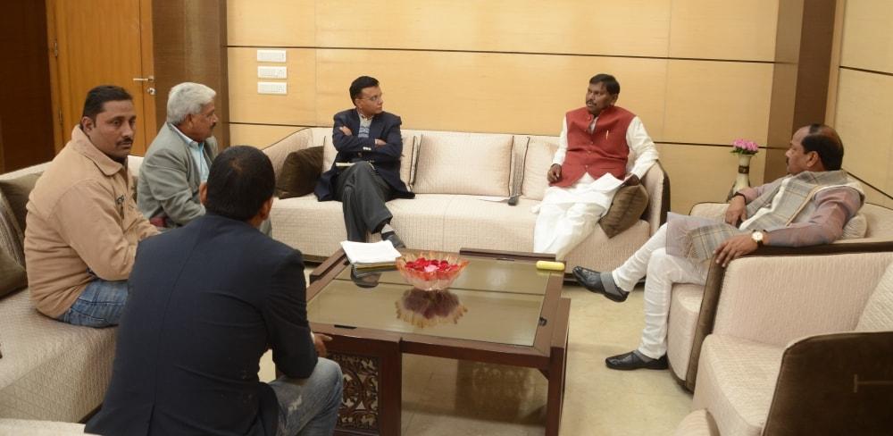 <p>A delegation led byformer Chief Minister Arjun Munda met the CMRaghubar Das on Wednesday.</p>