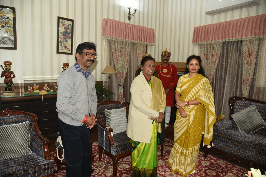 <p>Jharkhand CM Hemant Soren and his wife Kalpana Soren met Governor Draupadi Murmu inside Rajbhawan in Ranchi on Friday. 'It was a courtesy meet', said an officer of the CMO. </p>…