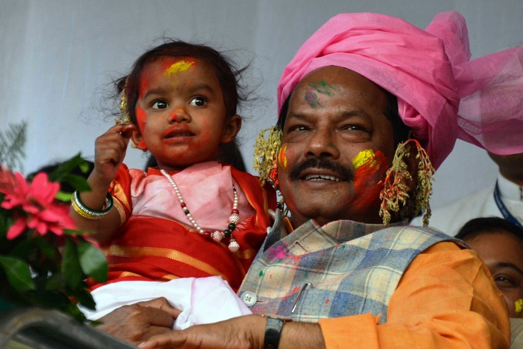 <p>Jharkhand Chief Minister Raghubar Das holds a baby child during the Sarhul festival (Sobha Yatra) celebrations in Ranchi on Tuesday.</p>