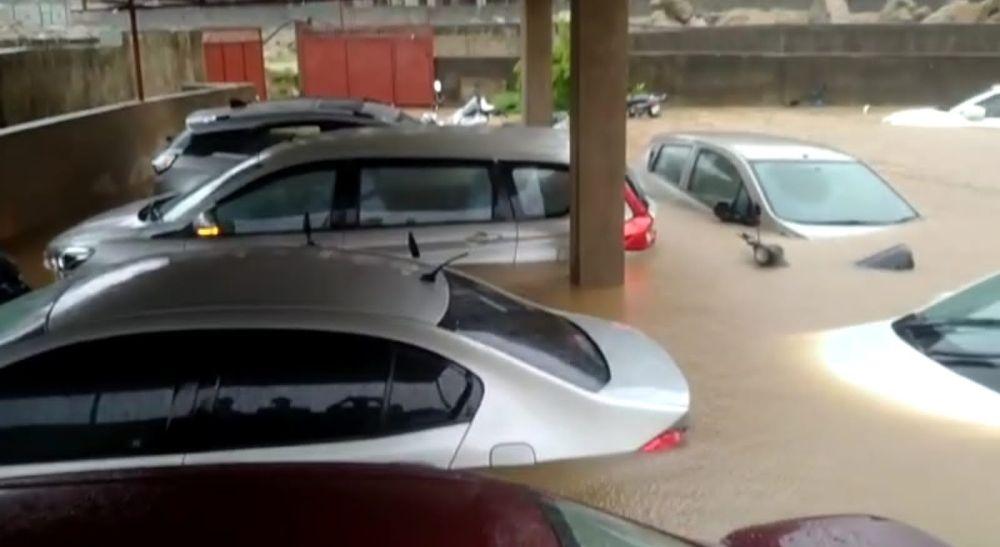 <p>रांची के अरगोड़ा से कटहल मोड़ जाने वाले राश्ते में बने अपार्टमेंट के पार्किंग का हाल।ए नजारा है सावन में आइ भारी बरसात के कारण ।</p>