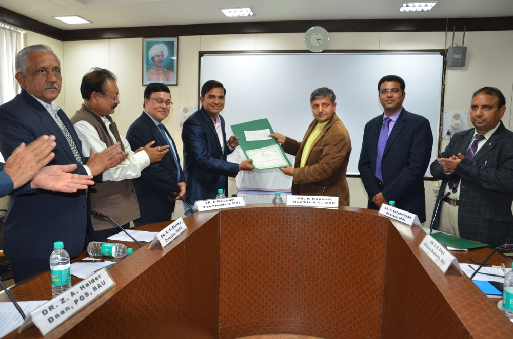 <p>Birsa Agriculture University (BAU) Vice Chancellor Dr Parvinder Kaushal presenting  international award to Nand Kishore Thombare during a programme at BAU, Kanke near…