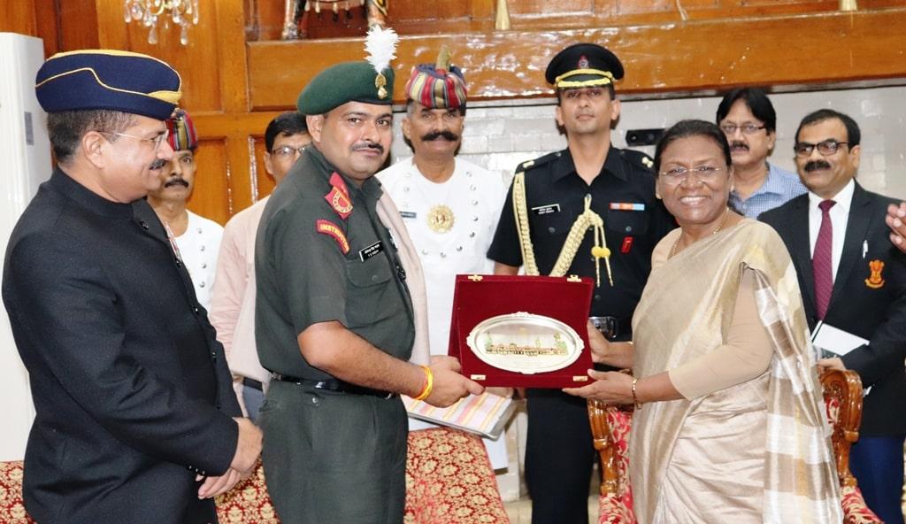 <p>माननीया राज्यपाल द्रौपदी मुर्मू ने आज राजभवन में भारतीय सेना के परमवीर चक्र विजेता सुबेदार मेजर योगेन्द्र सिंह यादव को मोमेंटो प्रदान कर सम्मानित किया। इस अवसर पर कई सैन्य अधिकारी…