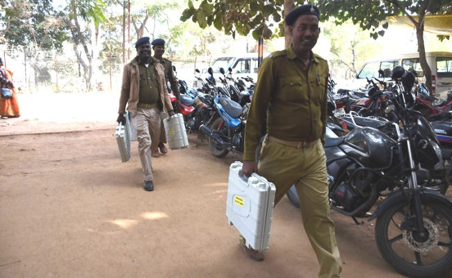 <p>42,000 security men for 47.24 lakh voters in 2nd phase J'khand polls</p> <p>Nearly 42,000 security personnel were deployed to hold the second of five-phase Assembly polls 2019 …