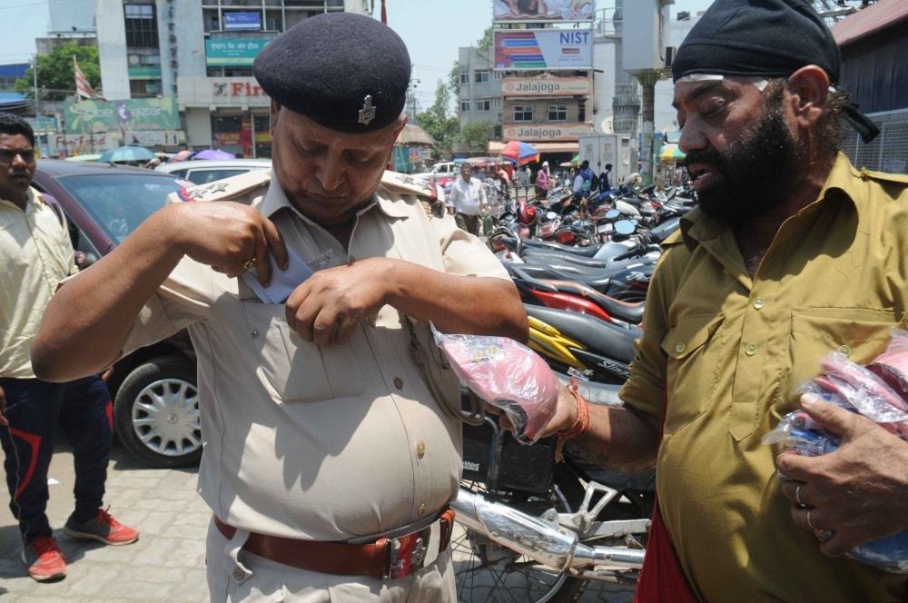 <p>Pappu Sardar,known as Actress Madhuri Dikshit's crazy fan,offered a Helmet(Model) to a cop who was zooming around by a motor cycle without helmet during an innovative traffic…