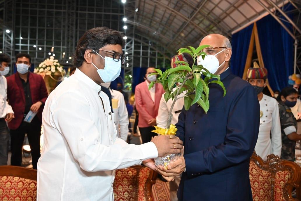 <p>राज्यपाल रमेश बैस से मुख्यमंत्री हेमन्त सोरेन ने राजभवन में मुलाकात की। राज्यपाल को मुख्यमंत्री ने उनके जन्मदिन के अवसर पर उपहार स्वरूप आम का पौधा भेंट कर उत्तम स्वास्थ्य एवं दीर्घायु…