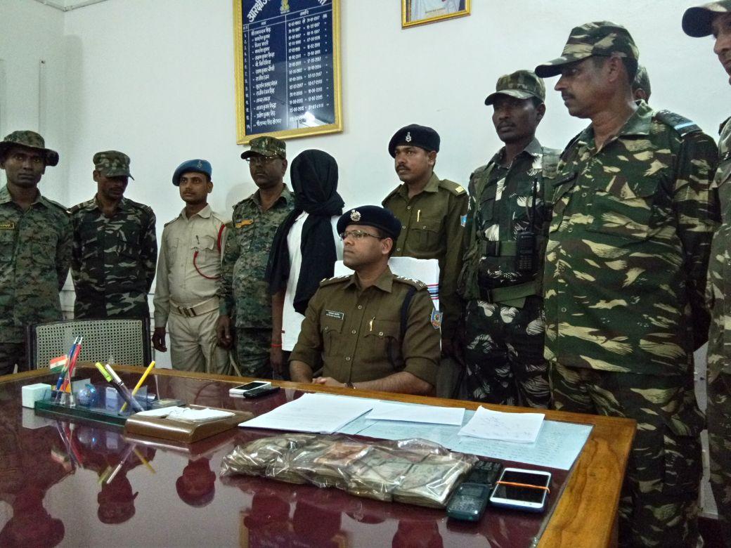 <p>चतरा: TSPC के उग्रवादी प्रदीप गंझू को पुलिस ने लेवी के राशि 55 हजार रुपये के साथ गिरफ्तार किया। सिमरिया थाना के सेंस गांव से पकडा गया। यह जानकारी एसपी ने दी।</p>