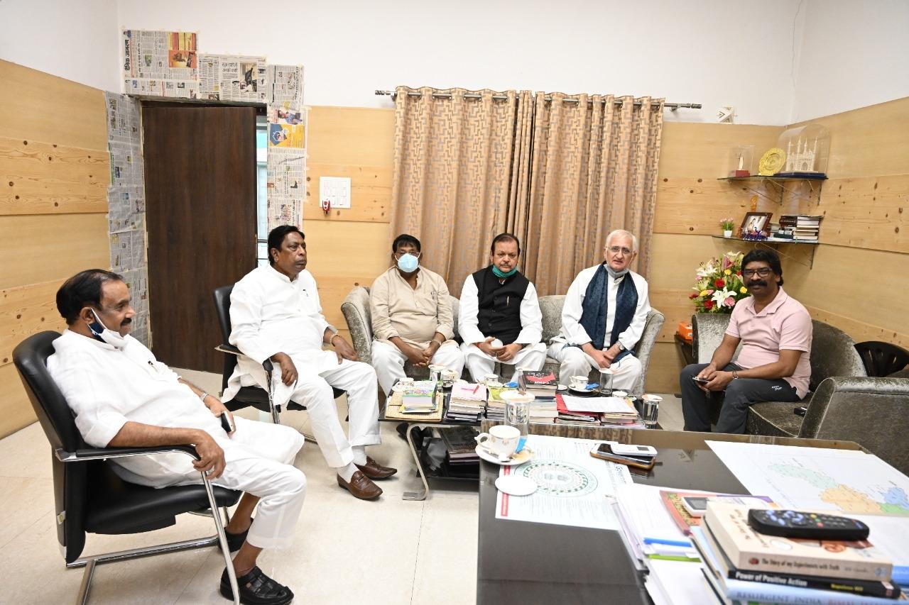 <p>मुख्यमंत्री आवास में मुख्यमंत्री श्री हेमन्त सोरेन से पूर्व केंद्रीय मंत्री श्री सलमान खुर्शीद, राज्य सरकार में मंत्री श्री आलमगीर आलम तथा श्री रामेश्वर उरांव और पूर्व केंद्रीय…