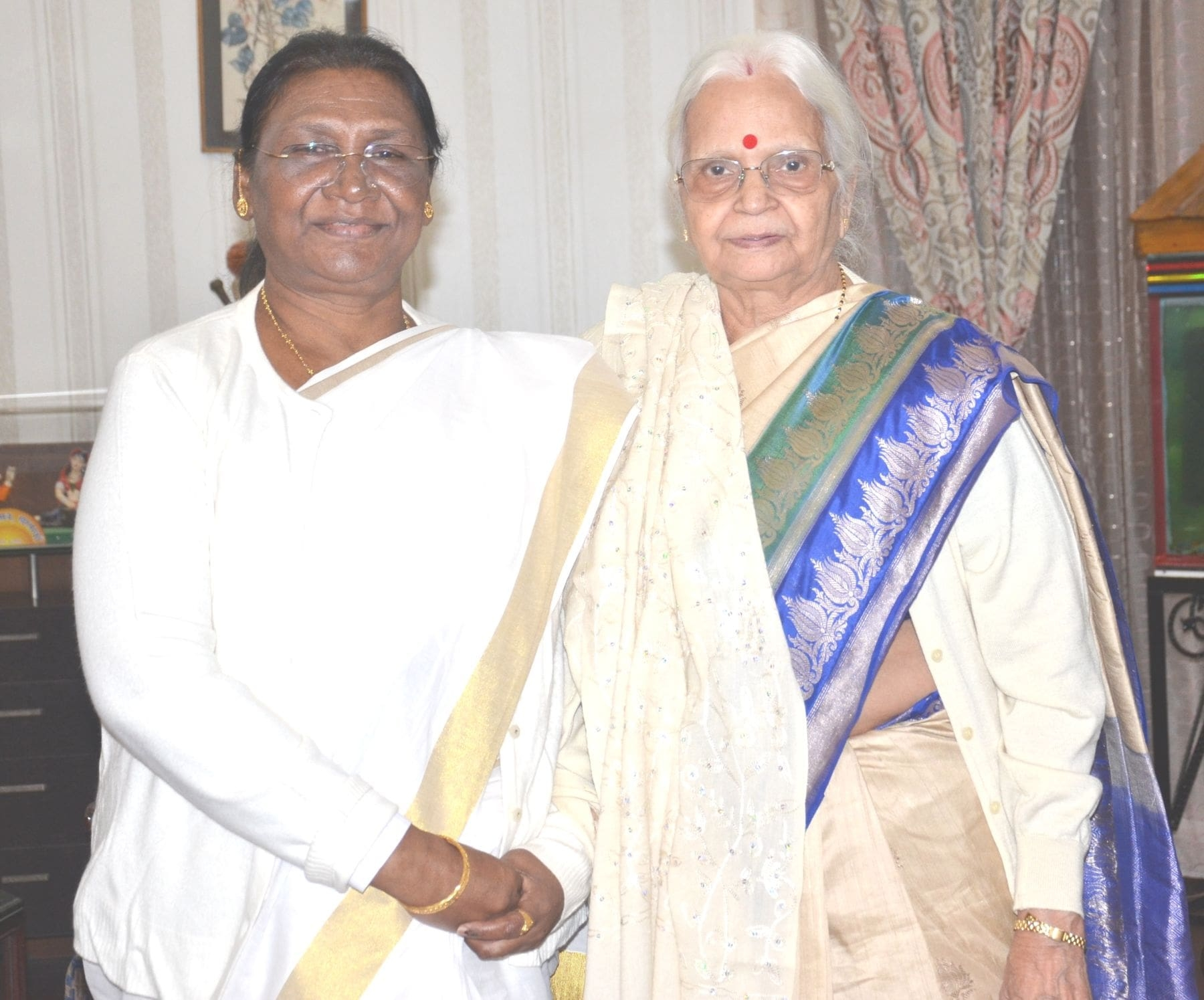 <p>Former Governor of Goa, Mridula Sinha met the Honorable Governor Draupadi Murmuon dated 19/12/2019 at Raj Bhawan. It was a courtesy call.</p>