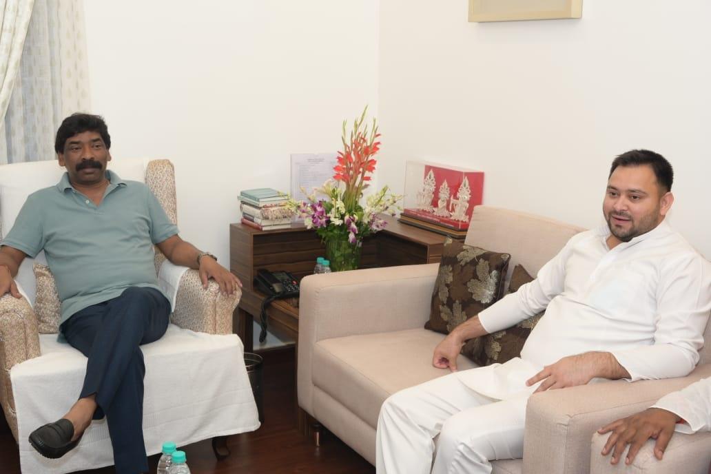 <p>मुख्यमंत्री आवास में मुख्यमंत्री हेमन्त सोरेन से बिहार के पूर्व उप मुख्यमंत्री और विधानसभा में नेता प्रतिपक्ष तेजस्वी यादव ने औपचारिक मुलाकात की । साथ में राज्य के श्रम मंत्री सत्यानंद…