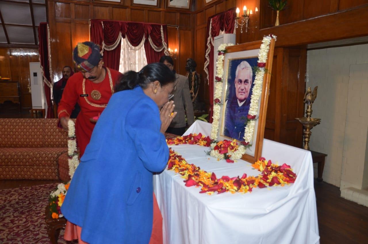 <p>पूर्व प्रधानमंत्री भारतरत्न अटल बिहारी वाजपेयी की जयंती के अवसर पर आज माननीया राज्यपाल द्रौपदी मुर्मू ने राज भवन के दरबार हॉल में उनके चित्र पर माल्यर्पण कर उनके प्रति अपनी श्रद्धांजलि…