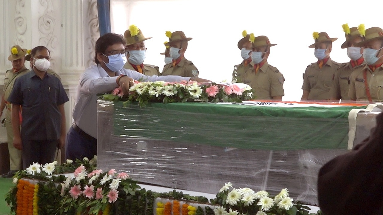 <p>Jharkhand Chief Minister Hemant Soren offering a bouquet of flowers on body of Ex Chief Secretary Sajal Chakravorty at the Ranchi Air Port on Friday.</p>