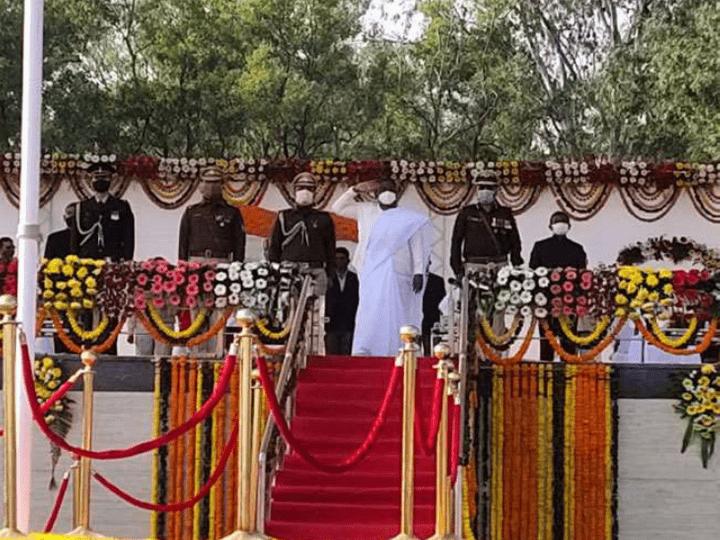 <p>झारखंड की राजधानी रांची में गणतंत्र दिवस का मुख्य समारोह आयोजित किया गया। इसमें राज्यपाल द्रौपदी मुर्मू ने ध्वजारोहण किया। इसके पहले उन्होंने परेड का निरीक्षण किया। परेड…