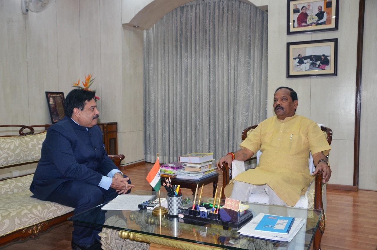 <p>मुख्यमंत्री रघुवर दास से राज्य के नये मुख्य सचिव सुधीर त्रिपाठी ने मुलाकात की एवं होली की शुभकामनाएं दी।</p>
