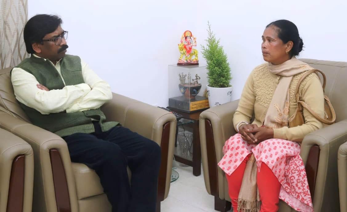 <p>मुख्यमंत्री हेमन्त सोरेन से आज कांके रोड स्थित मुख्यमंत्री आवास में पुलवामा आतंकी हमले में झारखण्ड राज्य के शहीद विजय सोरेंग की पत्नी कार्मेला सोरेंग ने मुलाकात कर अपनी अपेक्षाओं…