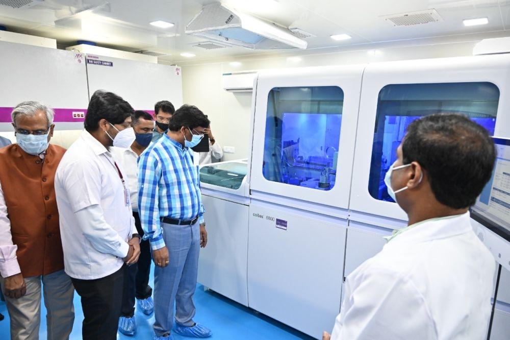 <p>राजेंद्र आयुर्विज्ञान संस्थान, (रिम्स) रांची में आधुनिक तकनीक से लैस स्वास्थ्य सुविधाओं का शुभारंभ करते हुए मुख्यमंत्री श्री हेमन्त सोरेन।</p>