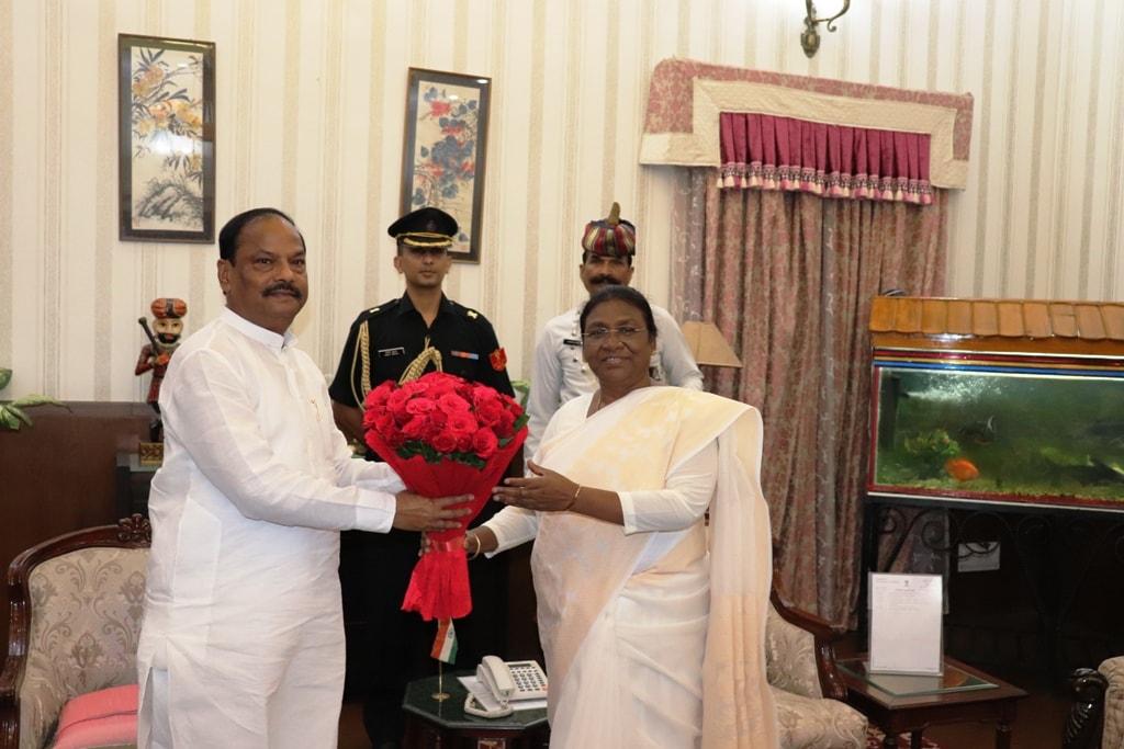 <p>माननीया राज्यपाल द्रौपदी मुर्मू से मुख्यमंत्री ने आज दिनांक 23/08/2018 को राजभवन जाकर मुलाकात की |</p>
